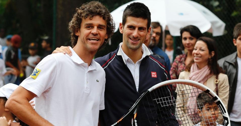 Guga posa ao lado de Djokovic durante inauguração de quadra na favela da Rocinha