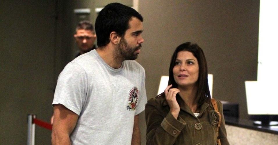 """A atriz Barbara Borges e o namorado Pedro Marques vão a um shopping do Rio tentar assistir a """"A Saga Crepúsculo: Amanhecer - Parte 2"""" mas não conseguem ver o filme porque a sessão estava lotada (16/11/2012)"""