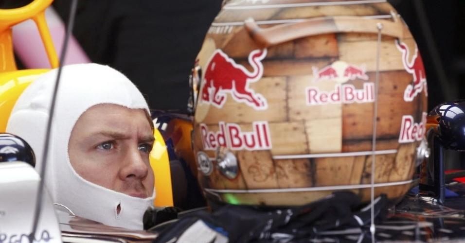 Sebastian Vettel, piloto da Red Bull, espera dentro do seu carro durante o treino livre para o GP dos Estados Unidos
