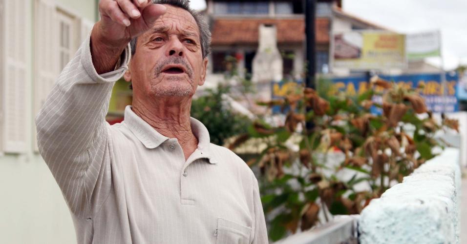 17.nov.2012 - O aposentado Adamásio Sagaz, 74, se diz amedrontado com onda de violência que atinge Santa Catarina no último dia 12. Morador do Bairro dos Ingleses, ele viu um ônibus em chamas em frente à sua casa
