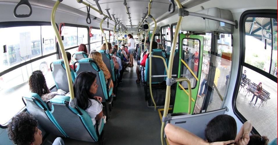 17.nov.2012 - Catarineses voltam a andar de ônibus com receio, após onda de ataques contra ônibus em Florianópolis. A violência no Estado, iniciada na segunda-feira (12), já atinge 15 municípios