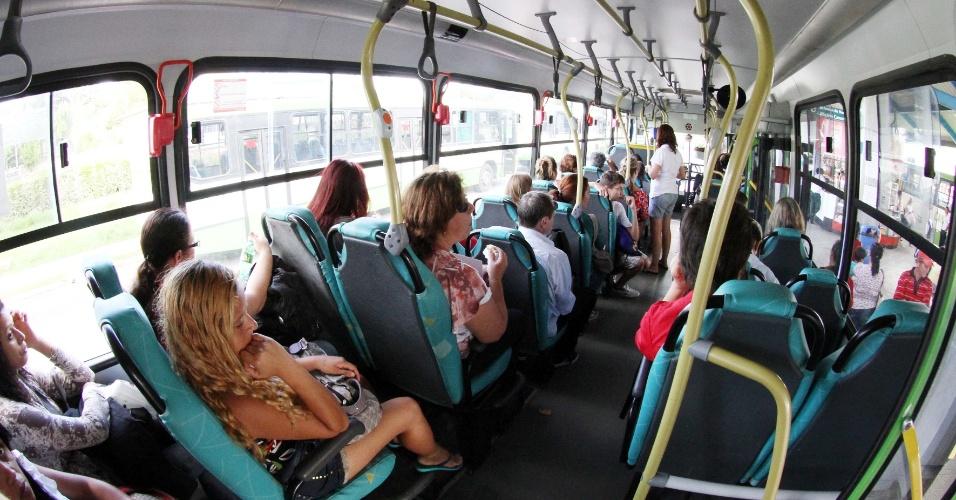 17.nov.2012 - Catarineses voltam a andar de ônibus com receio, após onda de ataques contra veículos em Florianópolis. A violência no Estado, iniciada na segunda-feira (12), já atinge 15 municípios