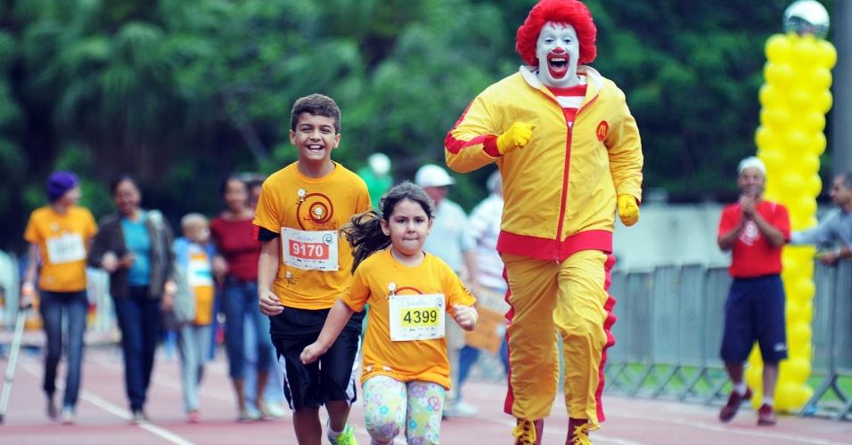 17.nov.2012 - Crianças participam do 2º Circuito de Corridas contra o Câncer Infantil, na manhã deste sábado (17), no complexo do Maracanã, no Rio.A arrecadação do evento será convertida para os projetos do Instituto Ronald McDonald