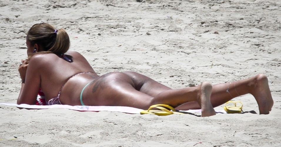 17.nov.2012 - Mulher aproveita o sol na Praia Grande, em São Paulo, na manhã deste sábado (17). O sol atraiu turistas que desceram a serra para aproveitar os dias de folga no feriado prolongado da Proclamação da República