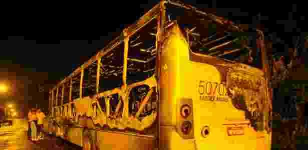 Na madrugada deste sábado (17), mais um ônibus foi incendiado em 26º ataque do gênero em cinco dias - Pena Filho/Agncia RBS/Folhapress