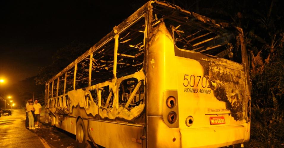 17.nov.2012 - Imagem mostra carcaça de ônibus que foi incendiado por bandidos em São Francisco do Sul (litoral norte de Santa Catarina)