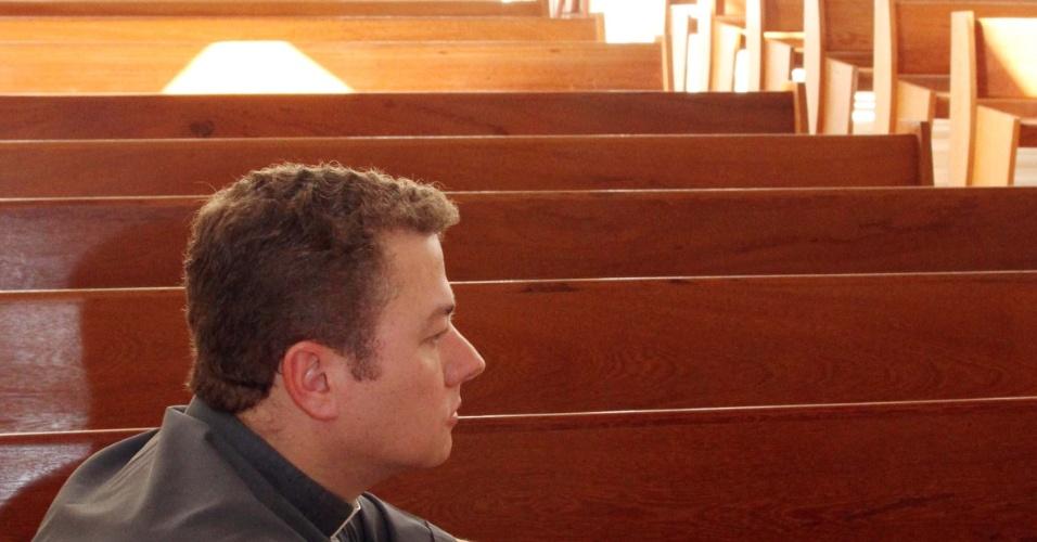 17.nov.2012 - Padre da Igreja do Santuário do Sagrado Coração de Jesus no bairro dos Ingleses, norte de Florianópolis, de diz amedrontado com a onda de violência no Estado e suspende temporariamente missa para proteger fiéis. Desde segunda-feira (12), 15 municípios de Santa Catarina são vítimas de ataques contra policiais e ônibus