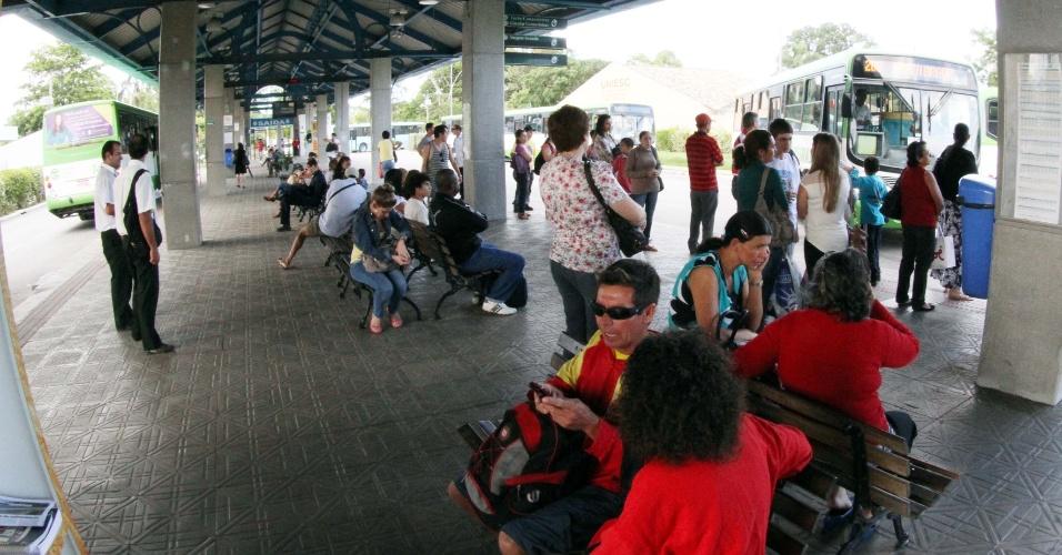 17.nov.2012 - Passageiros aguardam ônibus no Terminal Integração Canasvieiras, no bairro de Canasvieiras, norte de Florianópolis, mesmo após onda de ataques contra ônibus em Santa Catarina. A violência no Estado, iniciada na segunda-feira (12), já atinge 15 municípios