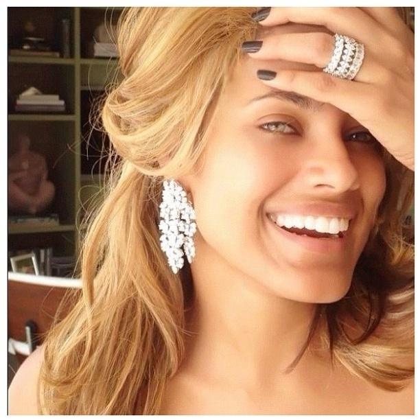 """A atriz e modelo brasileira Ildi Silva mostra mudança de visual no Instagram na tarde deste sábado (17). """"Acordei assim"""", brincou a atriz na rede social. Silva está na Bahia aproveitando férias com a família e amigos"""