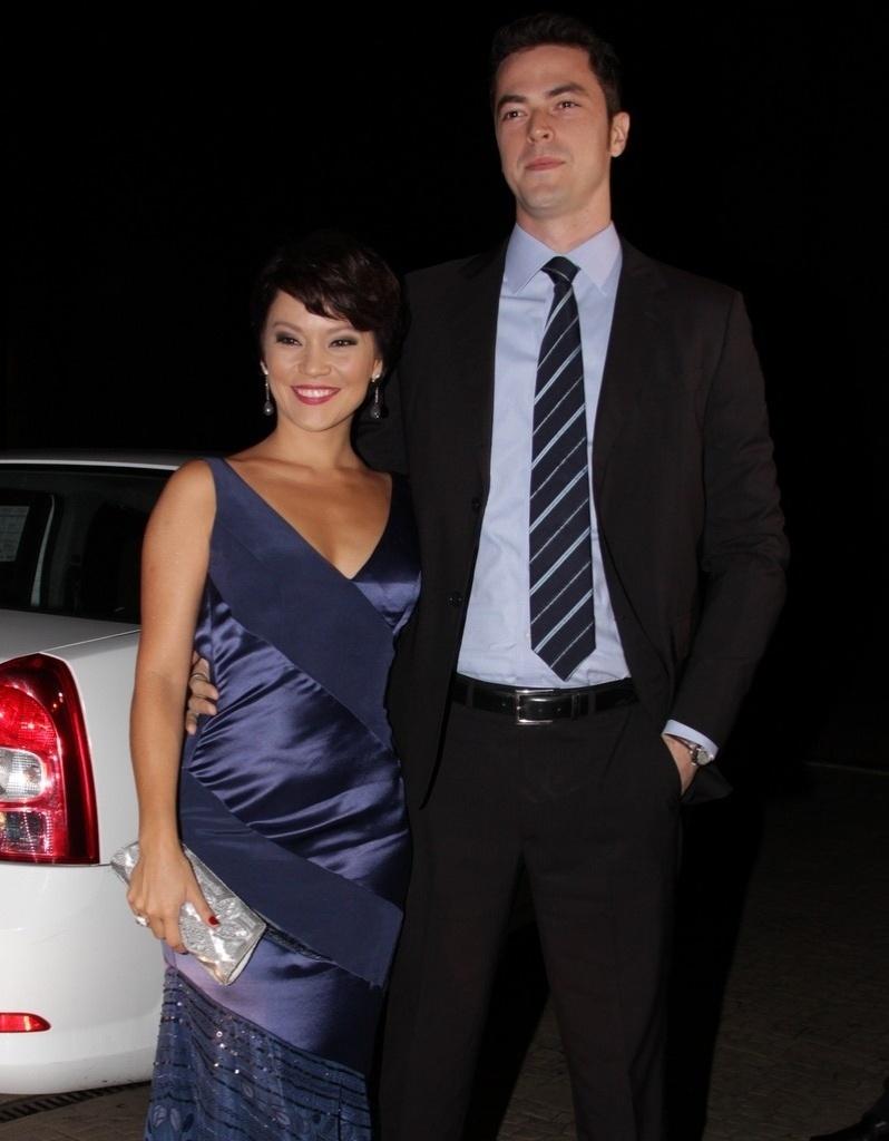 Acompanhada do marido Eduardo, Geovana Tominaga chega para o casamento dos jornalistas Tiago Leifert e Daiana Garbin, em São Paulo (17/11/12)