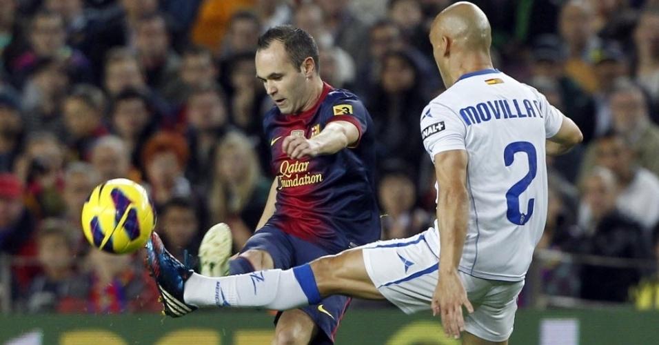Andres Iniesta (esq.), meia do Barcelona, disputa a bola com Jose Maria Movilla, do Zaragoza, em partida do Campeonato Espanhol