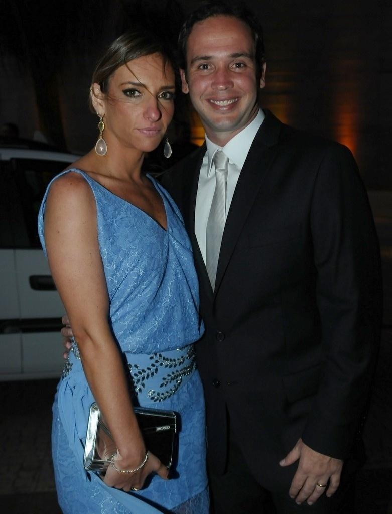 Caio Ribeiro, acompanhado da mulher Renata, disse que está feliz pelo casamento do amigo e companheiro de programa (17/11/12)