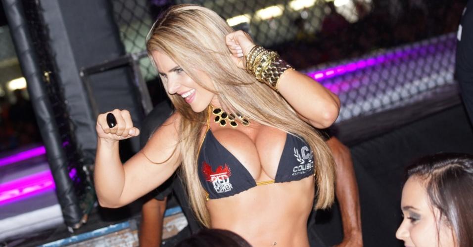 Denise Rocha, o Furacão da CPI, estreou como ring girl no Coliseu Extreme Fight, em Maceió