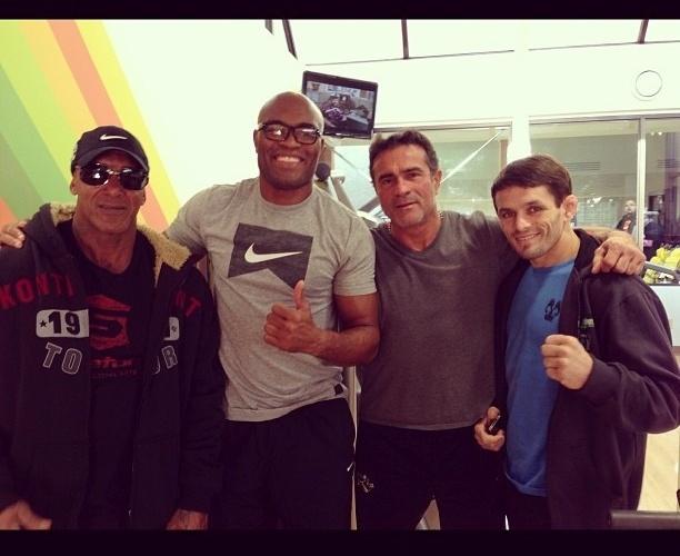 Em Montréal para assistir ao UFC 154, Anderson Silva posou ao lado do lutador Rodrigo Damm (d), do preparador Rogério Camões (e) e do empresário Jorge Guimarães