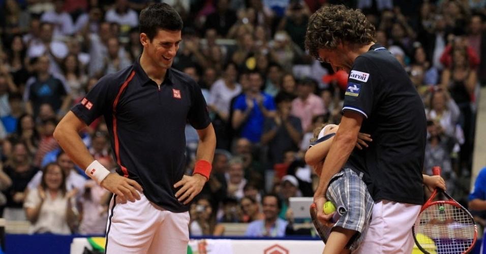 Guga abraça garoto, que roubou a cena no primeiro set de jogo contra Djokovic, em exibição no Rio