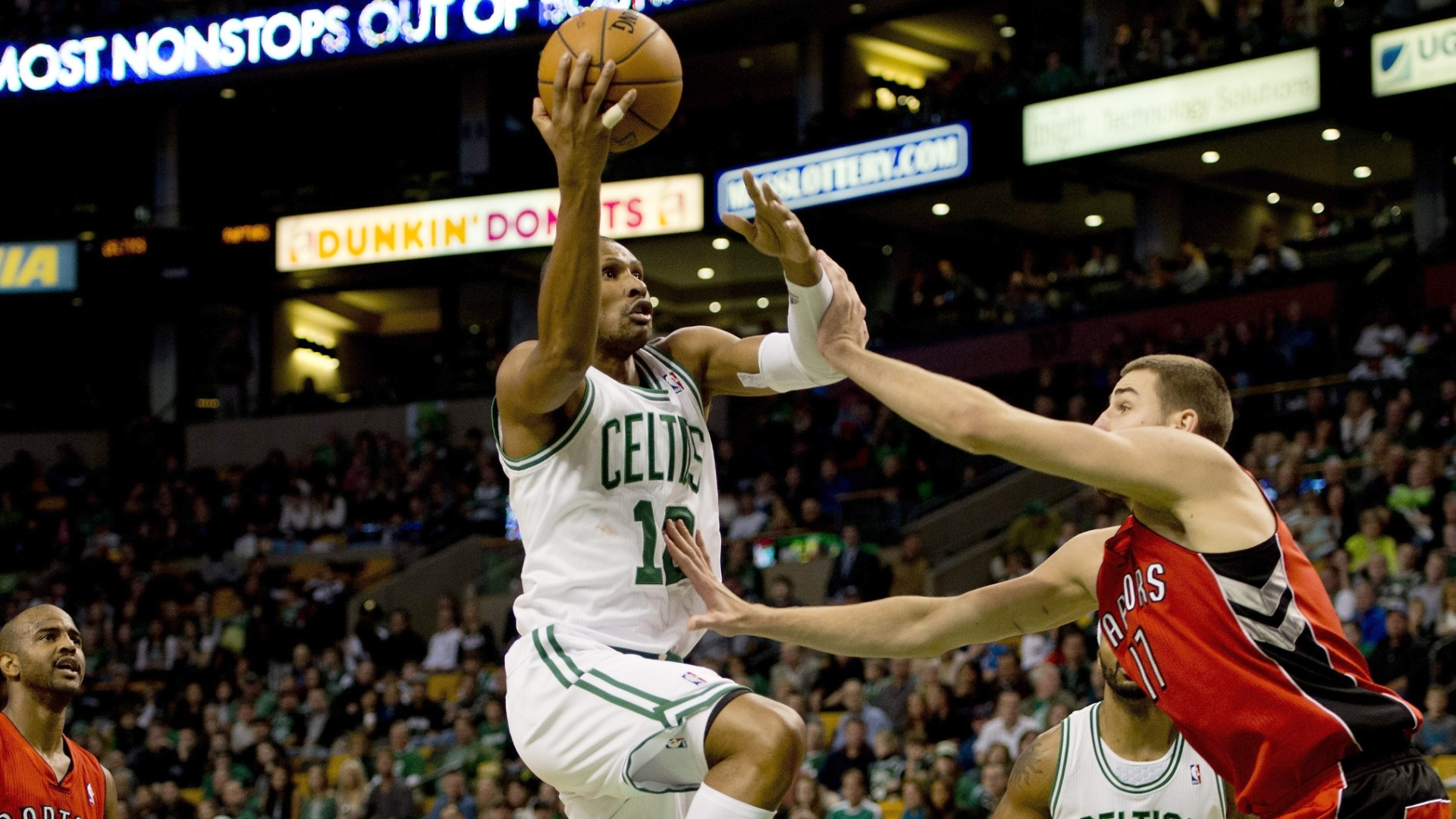 Leandrinho, do Boston Celtics, tenta a bandeja contra o Toronto Raptors