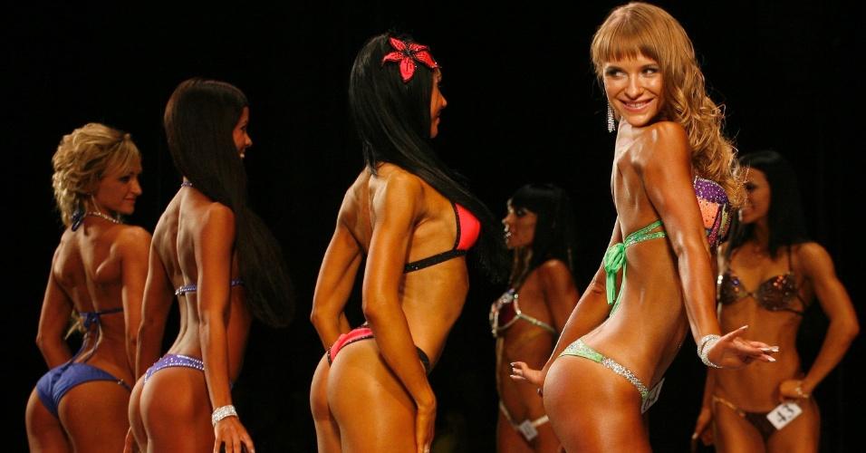 Mulheres que concorrem no Strongo Cup, torneio de fisiculturismo na Rússia, posam para foto