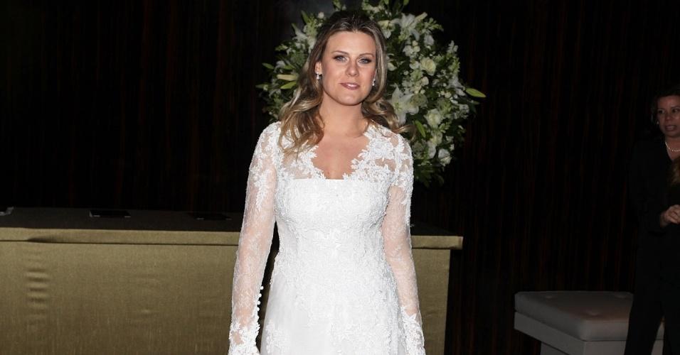 Daiana Garbin posa para fotógrafos após o casamento (17/11/12)