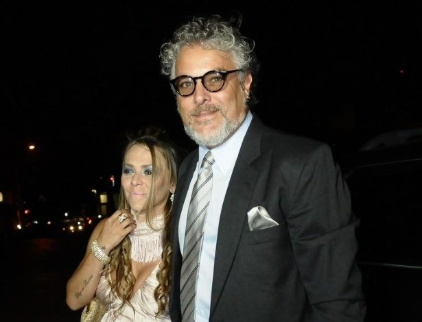 O músico Tomati e a mulher Michelli Spinelli chegam para o casamento de Tiago Leifert, em cerimônia realizada em São Paulo (17/11/12)