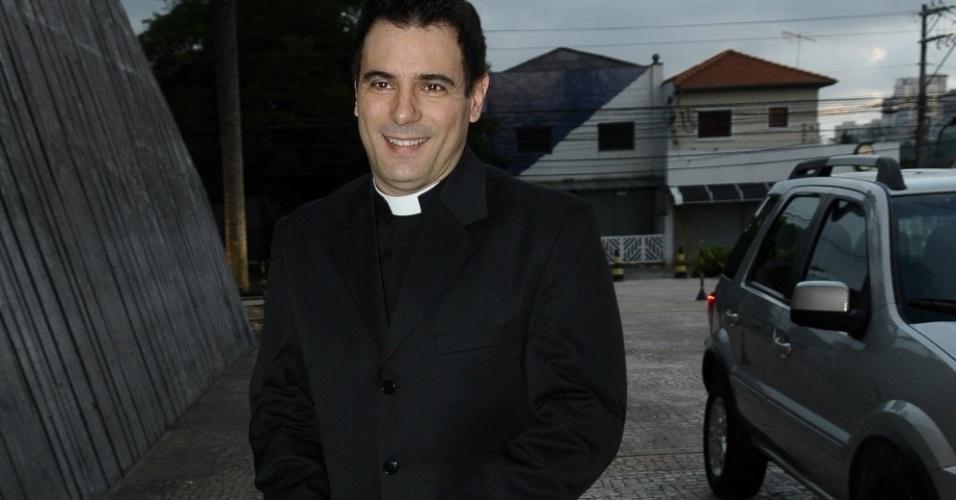 O padre Juarez chega para fazer a cerimônia de casamento dos irmãos Marcela e Tiago Leifert, em São Paulo (17/11/12)