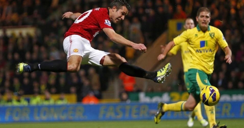 Robin van Persie, atacante holandês do Manchester United, finaliza para o gol na partida contra o Norwich City, pelo Campeonato Inglês