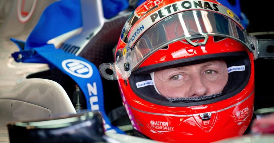 Schumacher espera em seu carro o início da terceira sessão do treino classificatório deste sábado (17/11/2012)
