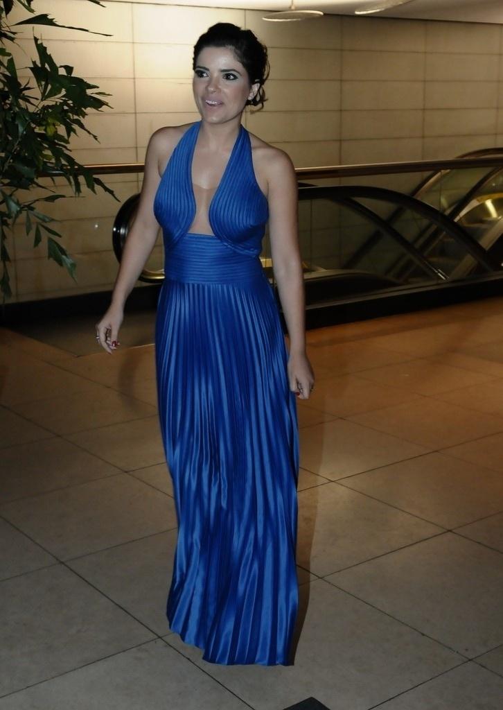 Vanessa Giácomo vestiu um longo vestido azul com decote acentuado para o casamento de Tiago Leifert (17/11/12)