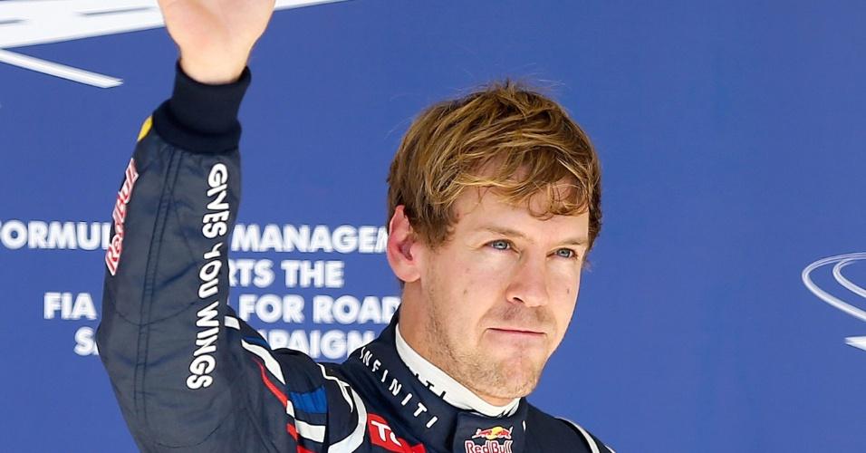 Vettel acena para fãs após conquistar a pole position do GP do Texas no treino classificatório deste sábado (17/11/2012)