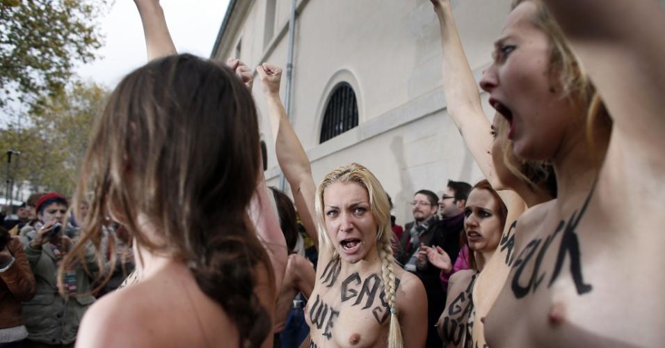 18.nov.2012 - Ativistas do grupo feminista Femen protestam neste domingo, em Paris (França), contra a oposição da Igreja Católica ao casamento gay