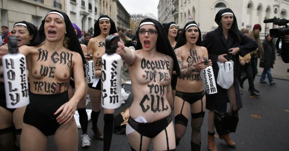 18.nov.2012 - Ativistas do grupo feminista Femen protestam neste domingo, em Paris (França), contra a oposição da Igreja Católica sobre o casamento gay