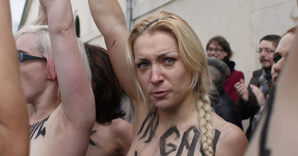 18.nov.2012 - Militantes francesas e ucranianas do movimento feminista Femen exibiram os seios nas ruas de um bairro popular de Paris