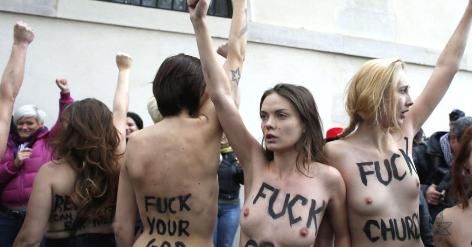 18.nov.2012 - Militantes francesas e ucranianas do movimento feminista Femen exibiram os seios nas ruas de um bairro popular de Paris (França)