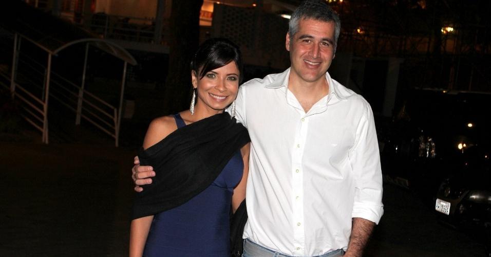 A atriz Ana Lima, acompanhada do marido, é uma das convidadas do aniversário de Claudia Jimenez, que comemora 54 anos neste domingo (18)