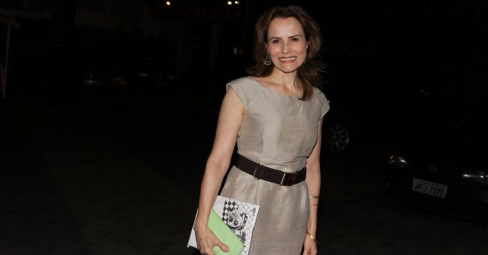 A atriz Bia Seidl chega para o aniversário de Claudia Jimenez, no clube Marimbá (18/11/12)