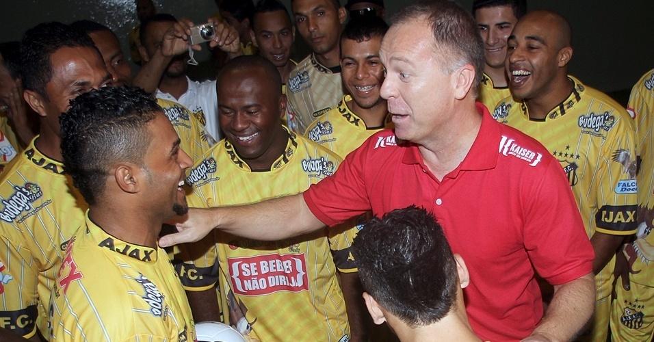Atacante Uochiton, da Copa Kaiser, entrega número de seu telefone para Mano Menezes, técnico da seleção brasileira