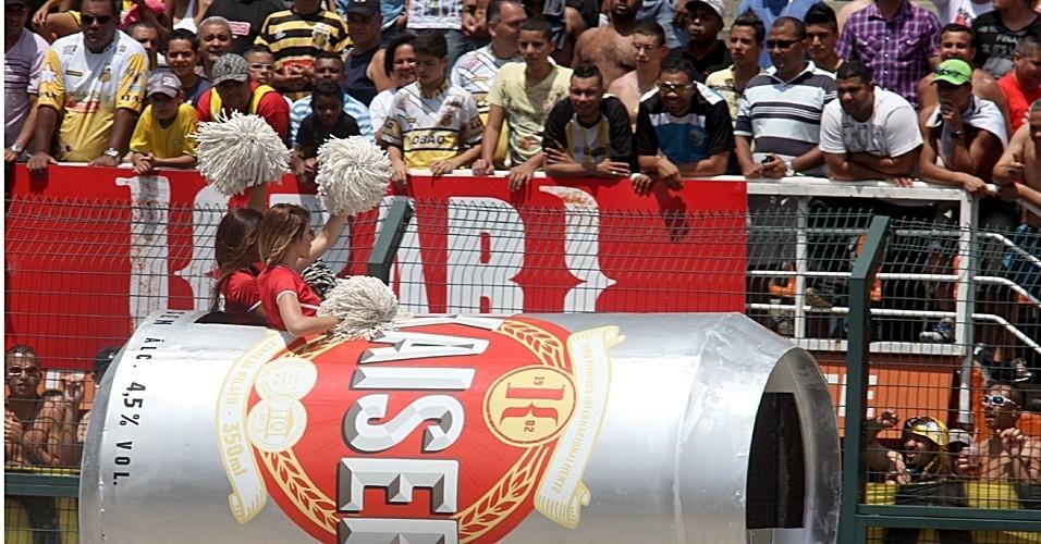 Cheerleaders fazem a festa da torcida na final da Copa Kaiser