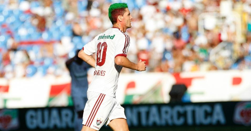 Com cabelo pintado nas cores do Fluminense, meia Thiago Neves corre durante a partida contra o Cruzeiro