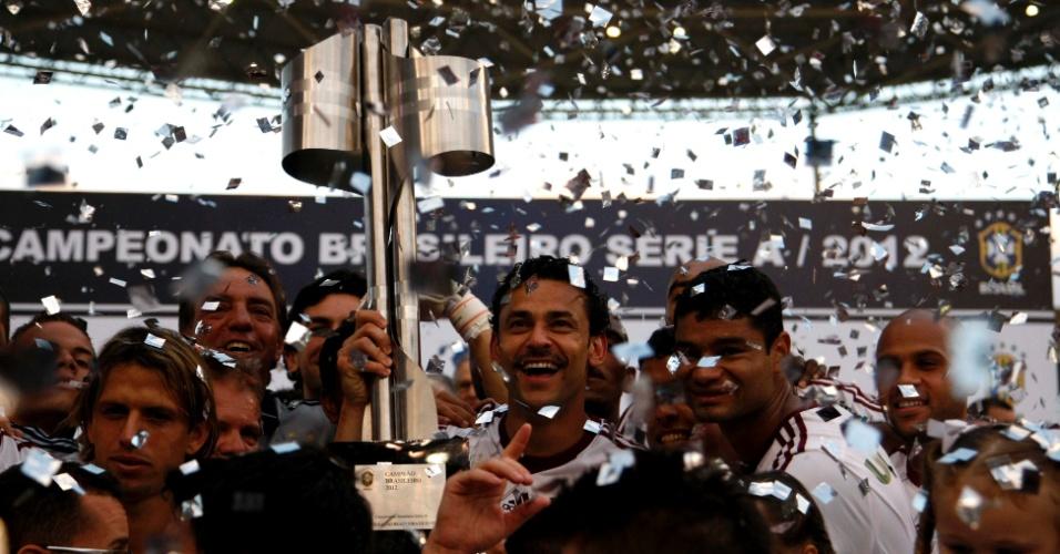 Comandados pelo atacante Fred, jogadores do Fluminense levantam a taça do Campeonato Brasileiro após a derrota para o Cruzeiro, no Engenhão
