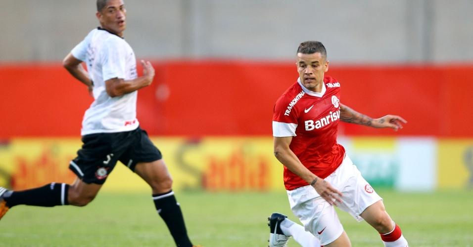 D'Alassandro, do Internacional, tenta jogada durante a partida contra o Corinthians, no Beira Rio
