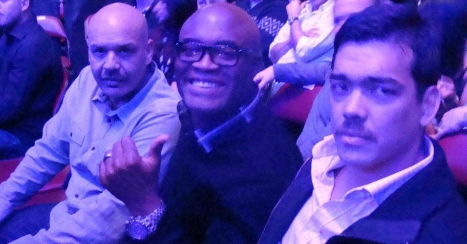 De bigode, Lyoto Machida posa ao lado de Anderson Silva; visual novo vem de uma campanha contra o câncer de próstata