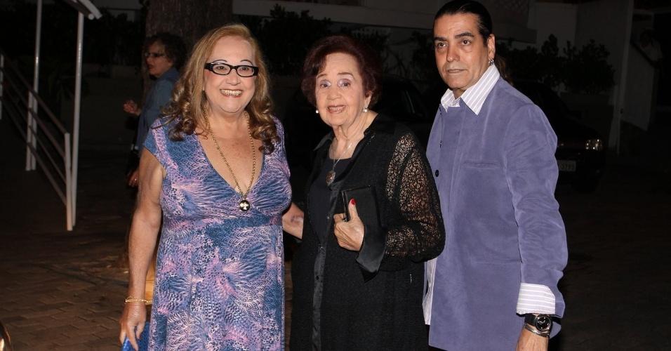 Familiares de Claudia Jimenez chegam para aniversário da atriz no Rio de Janeiro (18/11/12)