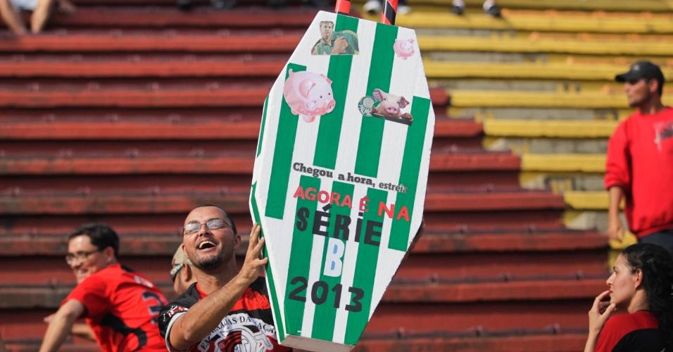 Flamenguista exibe 'caixão' com o símbolo do Palmeiras e provoca a equipe paulista antes de jogo em Volta Redonda
