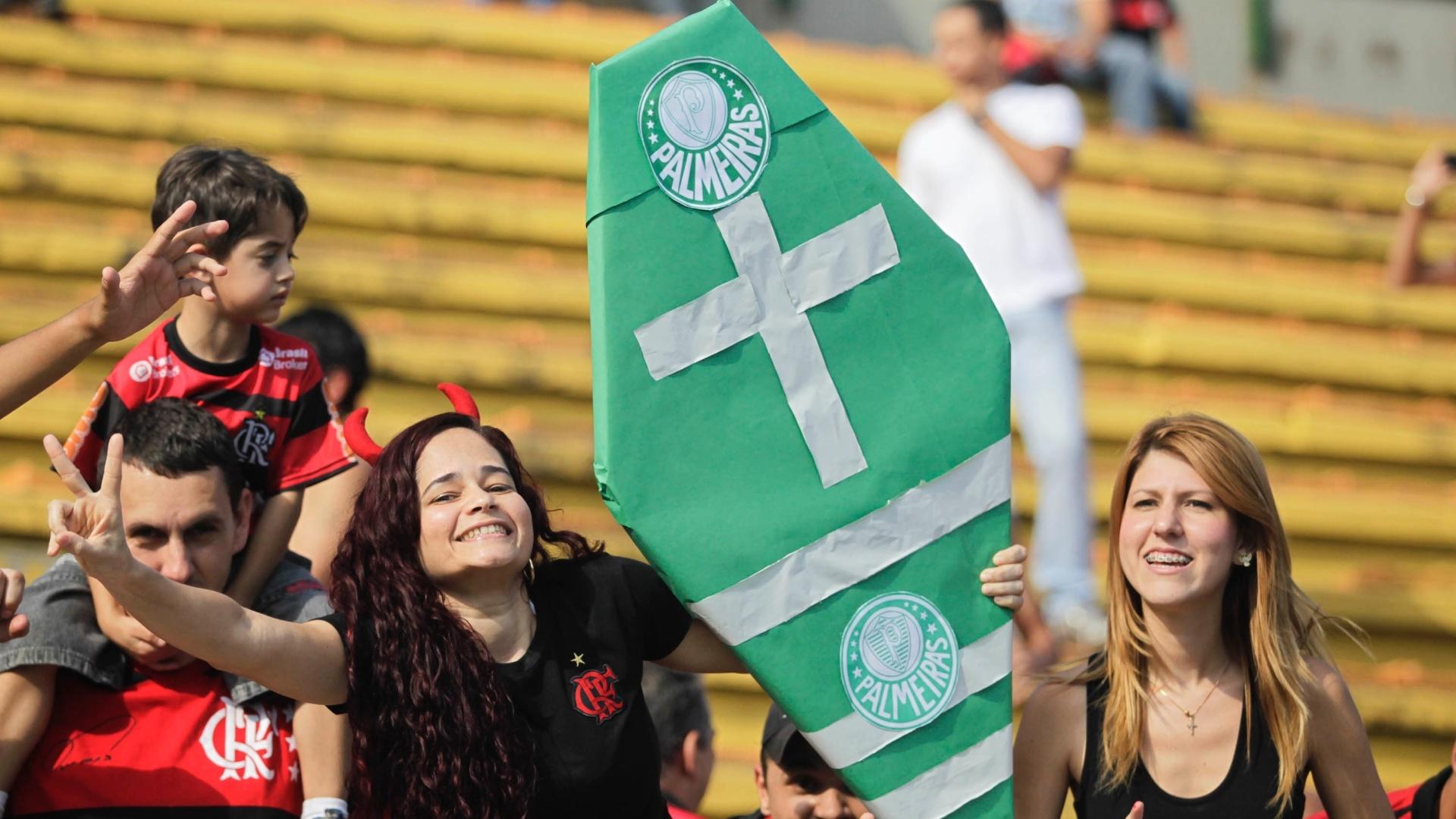 Flamenguistas provocam o Palmeiras e exibem caixão com o símbolo da equipe paulista