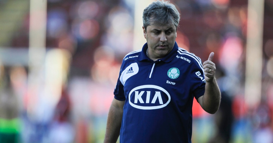 Gilson Kleina, técnico do Flamengo, faz sinal de positivo após o primeiro tempo da partida contra o Flamengo
