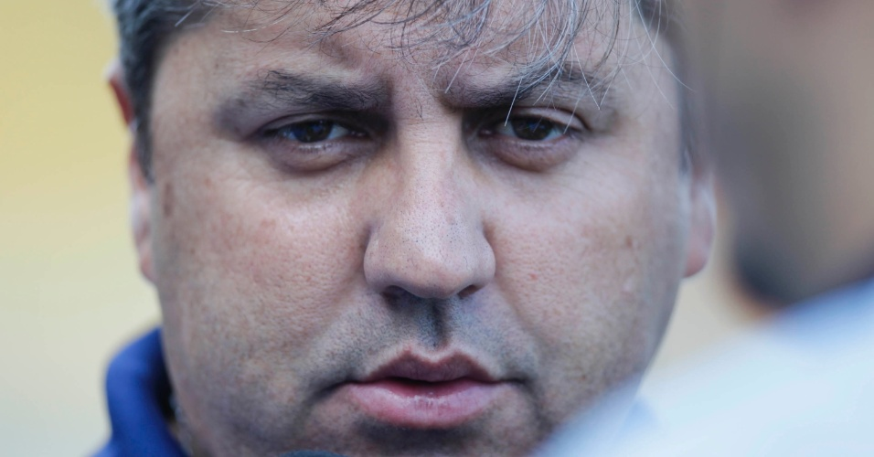 Gilson Kleina, técnico do Palmeiras, observa a equipe no duelo contra o Flamengo, em Volta Redonda