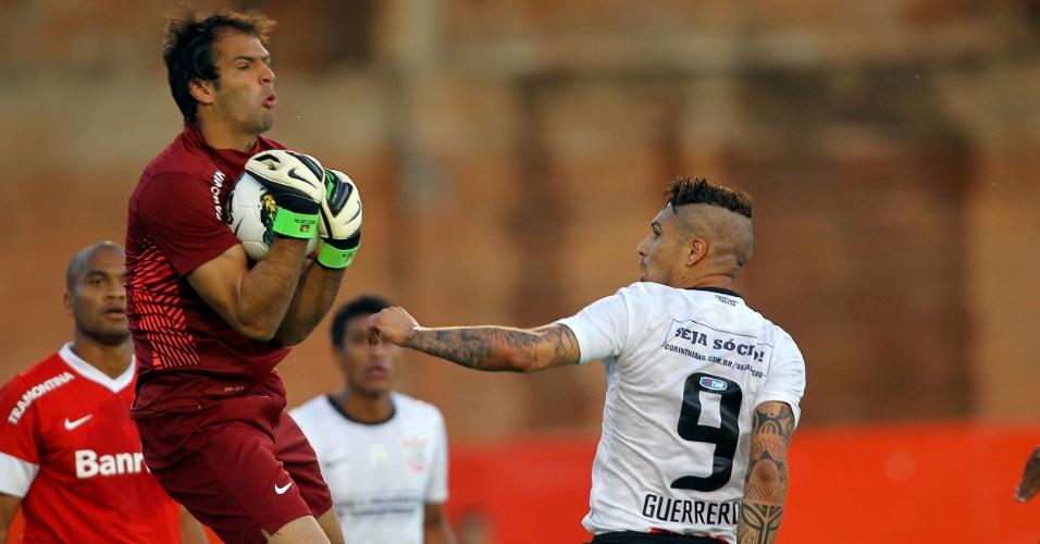 Goleiro Muriel, do Internacional, sai e agarra a bola impedindo finalização do peruano Guerrero, do Corinthians