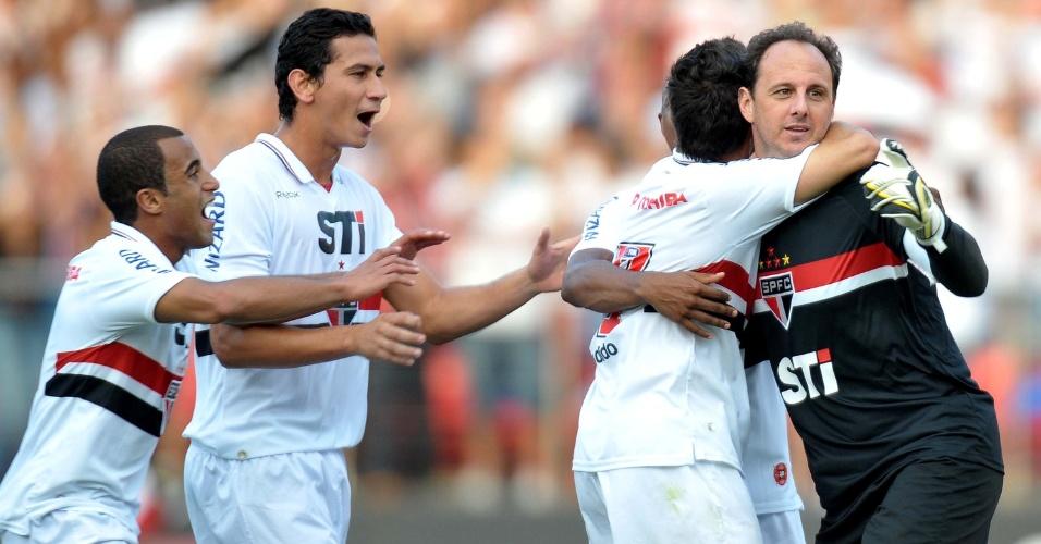 Goleiro Rogério Ceni ganha o abraço dos companheiros após marcar o gol da virada contra o Náutico, no Morumbi