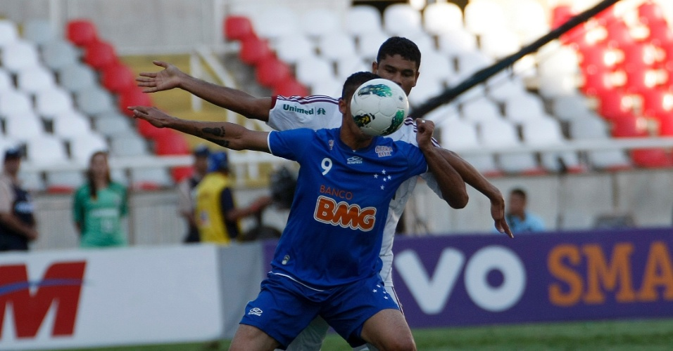Gum, do Fluminense, derrubou Anselmo Ramon, do Cruzeiro, na área e o árbitro marcou pênalti