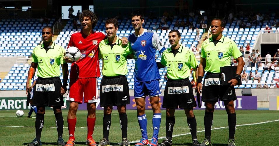 Gustavo Kuerten, de vermelho, e Novak Djokovic, de azul, comandam os times em jogo antes de Fluminense e Cruzeiro no Engenhão