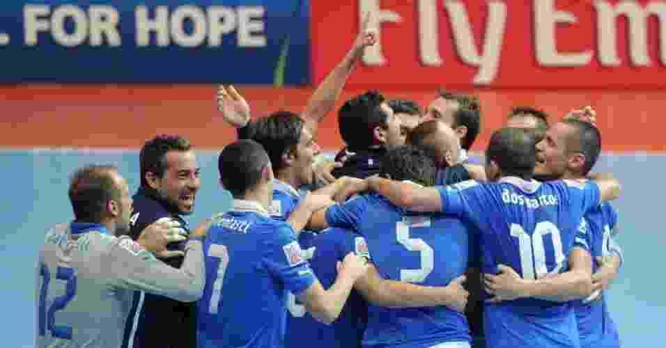 Jogadores da Itália comemoram a conquista do terceiro lugar da Copa do Mundo de futsal, após vitória sobre a seleção colombiana - AFP PHOTO/PORNCHAI KITTIWONGSAKUL